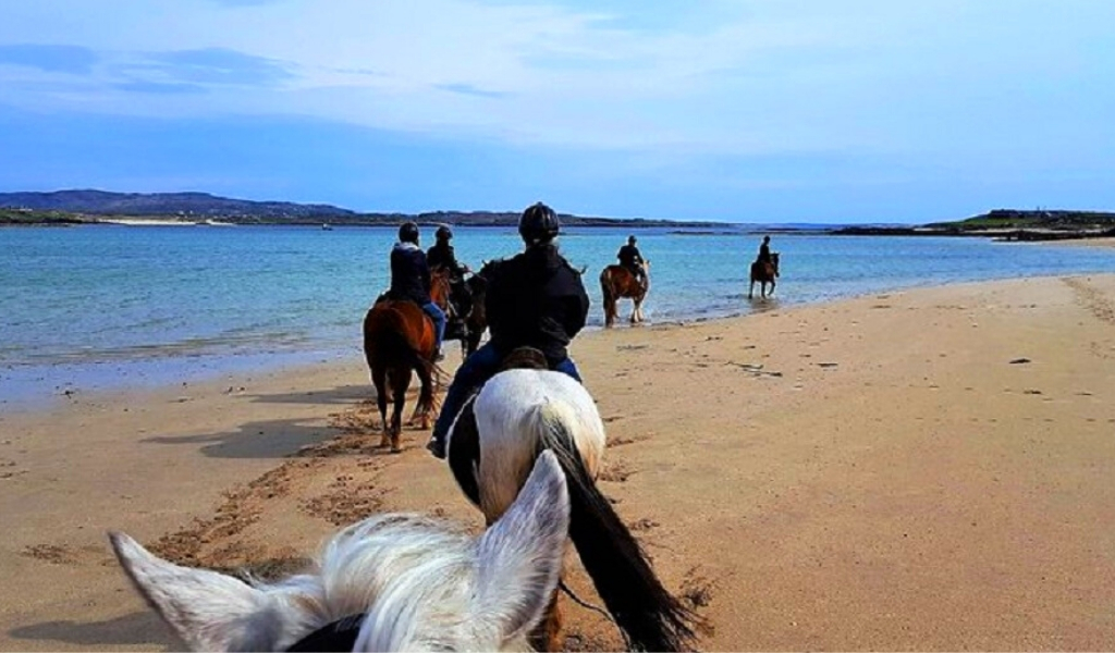 Private countryside & beach horse ride to Omey Strand