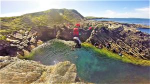 Coasteering on the Wild Atlantic Way med res