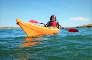 Low-angle of a woman kayaking med res